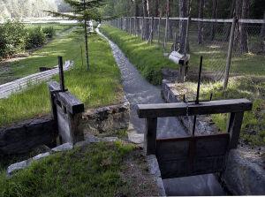 Ein Waal in Prad (Vinschgau), mit drei Wehren zum Umleiten des Wassers. Foto: Wikipedia