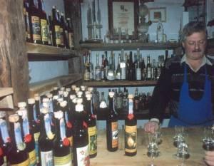 Acquaviti di frutta di ogni sorta nella distilleria Stocker di Lagundo (BZ), fonte: P. Odorizzi, S. Abram: Profumi e sapori perduti - Il fascino della frutta antica Vol. I (2001)