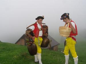 Glockenduett in traditioneller Tracht (Bild: Martin Arnold)