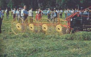 Der Einsatz von Motoren erleichtert die bäuerliche Arbeit - und macht die menschliche Arbeitskraft seit den 1960er Jahren auch in der Landwirtschaft zum Teil überflüssig; Quelle: Kartoffel, Klee und kluge Köpfe (2009)