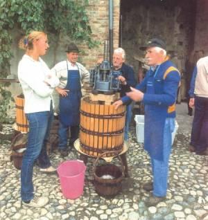 Torchiatura, fonte: P. Odorizzi, S. Abram: Profumi e sapori perduti - Il fascino della frutta antica Vol. I (2001)